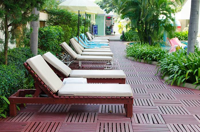 Charakterystyka i rodzaje leżaków basenowych i ogrodowych