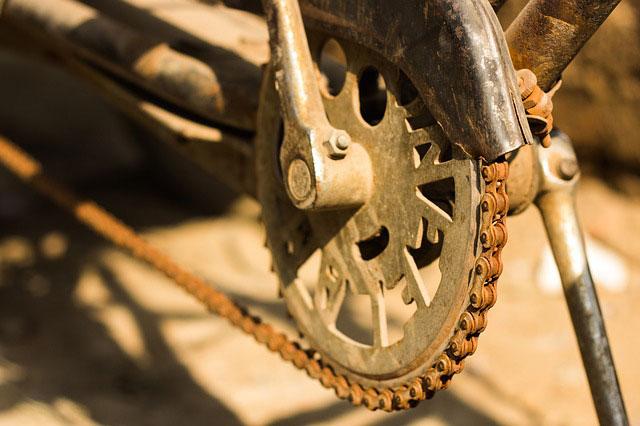 Łańcuchy rolkowe – czym są i jak je wykorzystać?