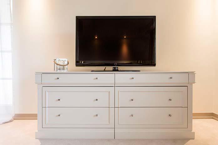 Biała szafka RTV - praktyczna i elegancka