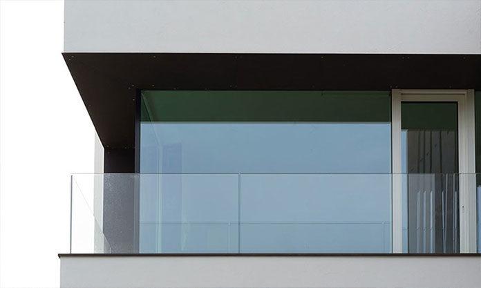 Szklana balustrada — dlaczego warto ją wybrać?